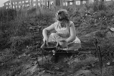 Girl playing, Byker, 1971 By Sirkka-Liisa Konttinen